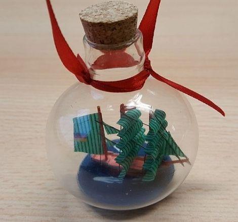 Weihnachtliche Buddelschiffe Glaskugeln mit Segelschiff